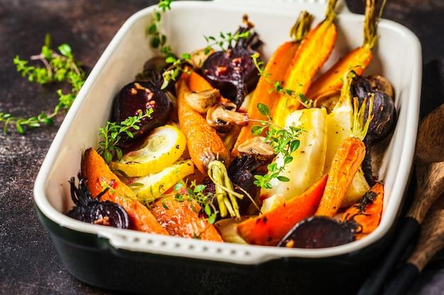 Carote al forno, patate dolci, barbabietole e zucchine in teglia.