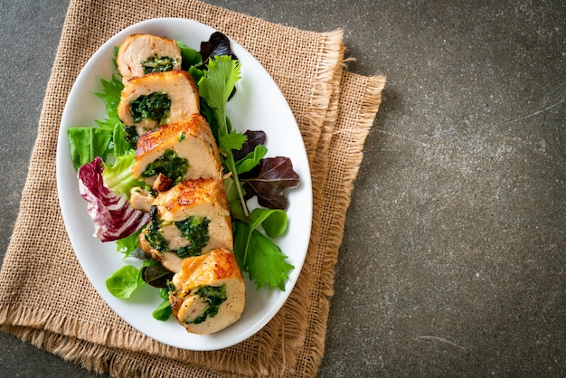 Petto di pollo al forno ripieno di formaggio e spinaci