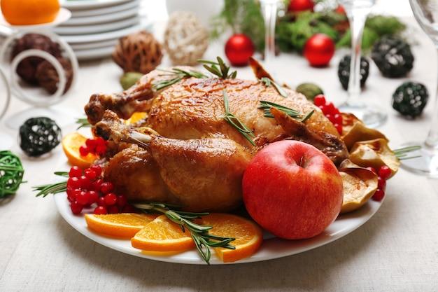 Pollo al forno per la cena festiva. apparecchiare la tavola di natale