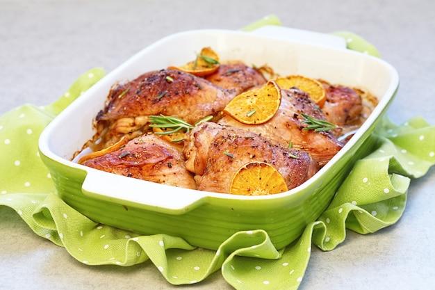 Cosce di pollo al forno con fette d'arancia
