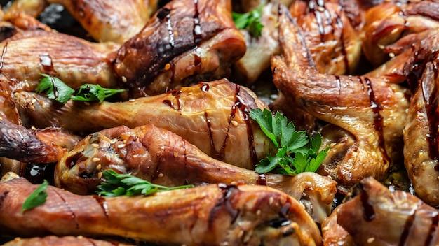 Ali e gambe di pollo al forno, banner, posto ricetta menu per testo, vista dall'alto sfondo ricetta alimentare. avvicinamento.