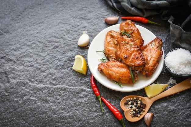 Alette di pollo al forno con salsa di erbe e spezie che cucinano pollo al rosmarino cibo asiatico tailandese alla griglia