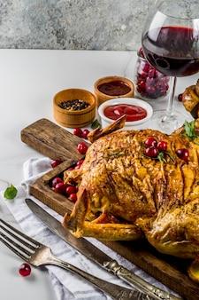 Pollo al forno con mirtilli rossi ed erbe aromatiche