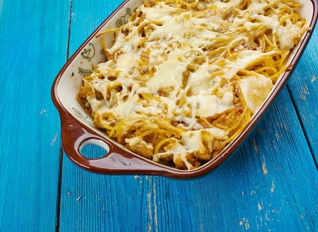 Casseruola di spaghetti al formaggio cremoso al forno