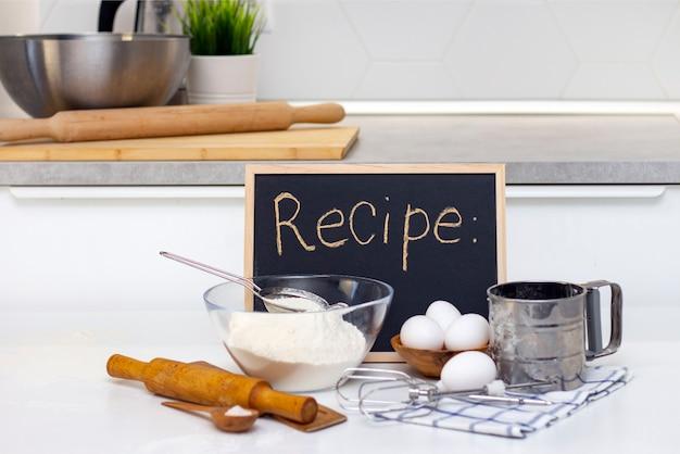 Ingredienti di prodotti da forno sulla scheda di ricetta del tavolo