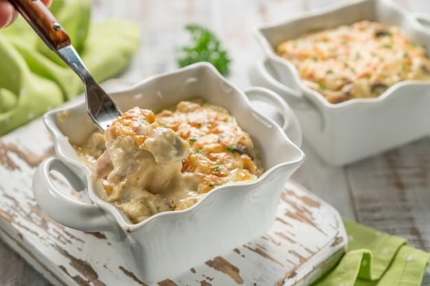 Pollo in casseruola gratinato al forno con funghi e formaggio