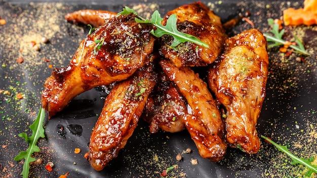Ali e gambe di pollo indiane al forno in salsa di senape del miele.