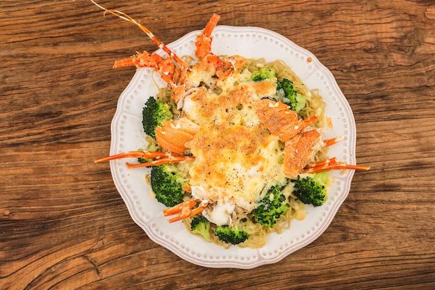 Aragosta al termidoro al forno con formaggio e verdure