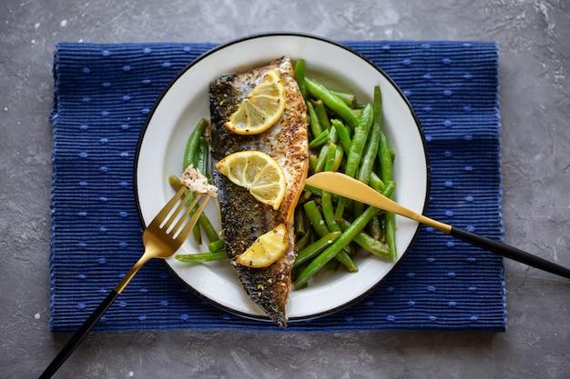 Sgombro al forno con limone e asparagi. fagioli di asparagi con pesce. delizioso cibo sano. nutrizione appropriata. pesce al forno. sgombro fritto deliziosa cena giusta. vista dall'alto