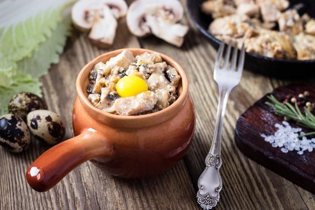 Carne cotta in una pentola con funghi e salsa di panna acida