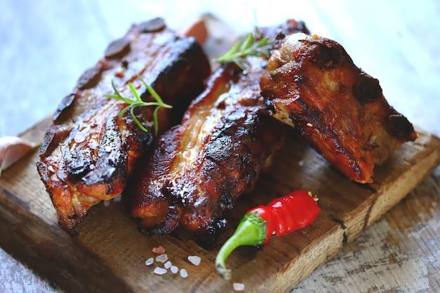 Costolette di carne al forno. appetitose costine calde cotte in salsa di senape al miele con peperoncino. costolette al barbecue.