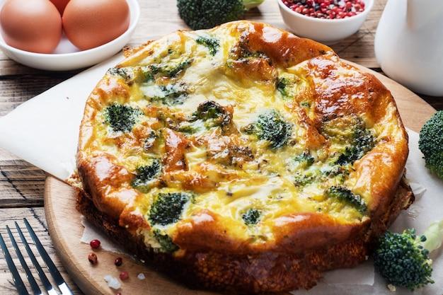 Frittata al forno con broccoli su una tavola di legno e. piatto di dieta sana.
