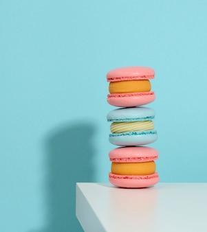 Macarons rotondi pinke al forno su sfondo blu, delizioso dessert