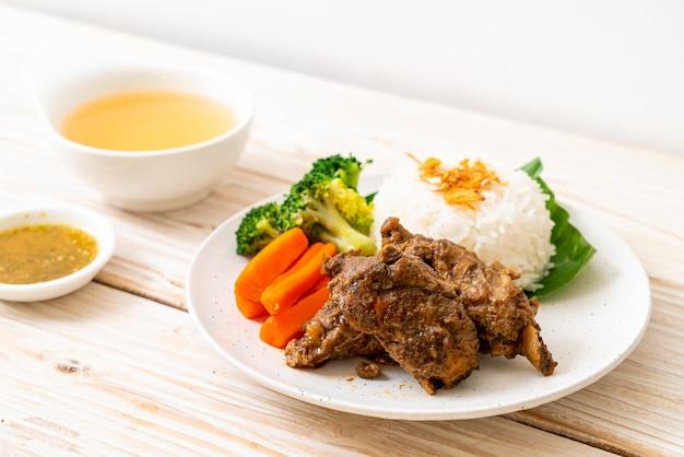 Costine di maiale al forno con salsa e riso