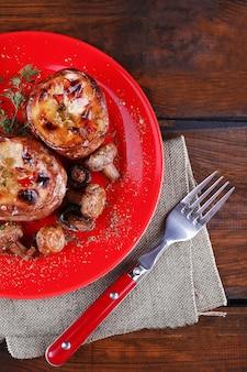 Patate al forno con funghi su patè su tavola di legno