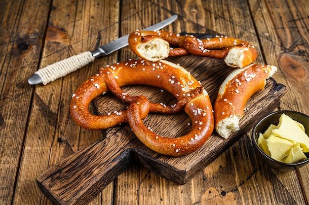 Salatini al forno con sale marino su un tagliere di legno rustico. fondo in legno. vista dall'alto.