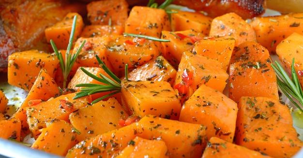 Pezzi di zucca al forno con spezie ed erbe aromatiche