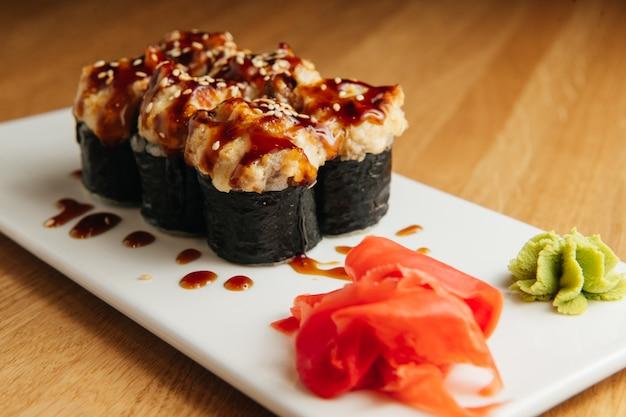 Rotolo al forno con gamberi e tappo di caviale di masago. piatto del ristorante sushi tradizionale, voce di menu.