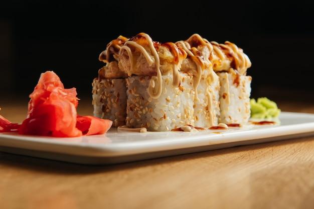 Rotolo al forno con gamberi e tappo di caviale di masago. piatto del ristorante sushi tradizionale, voce di menu
