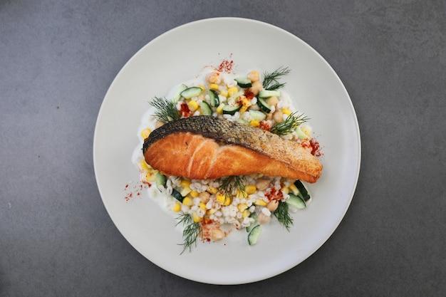 Salmone al forno con insalata di fagioli di giobbe