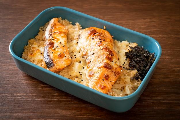 Salmone al forno con formaggio e riso al miso piccante