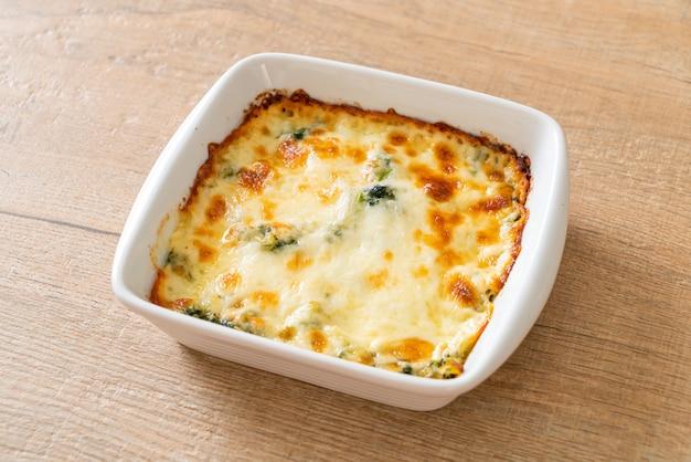 Lasagne al forno di spinaci con formaggio in un piatto bianco