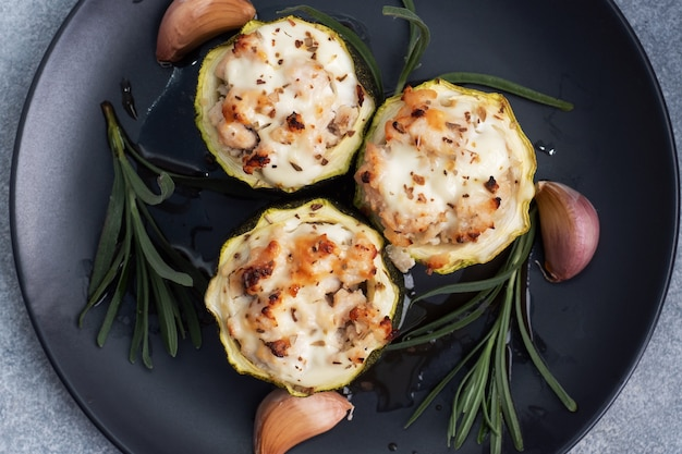 Zucchine ripiene al forno con pollo e verdure tritate