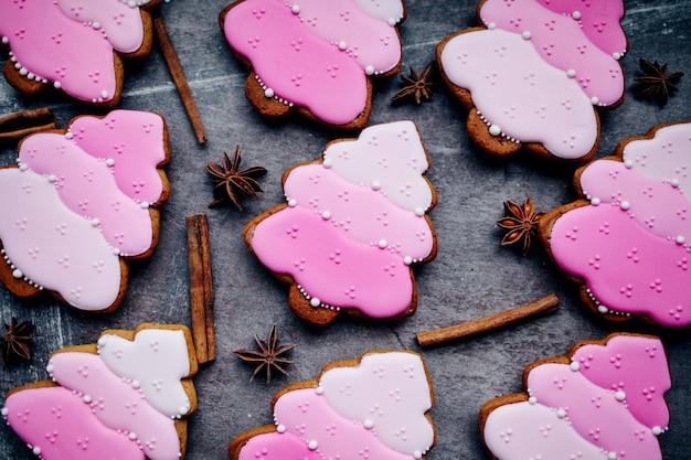 Biscotti di pan di zenzero fatti in casa tradizionali di natale al forno.
