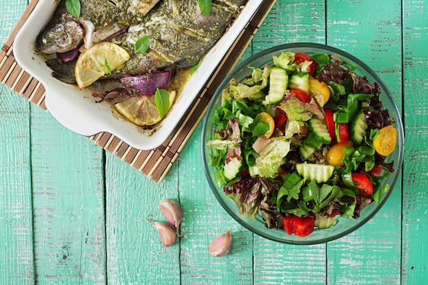 Trota al forno e insalata fresca
