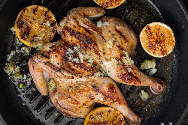 Carne di pollo intera al forno, sul vecchio tavolo rustico, vista dall'alto