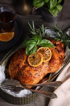 Pollo intero al forno in spezie con crosta fritta appetitosa croccante in un vassoio, dark moody