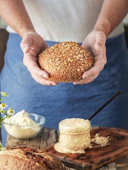 Baker detiene pane biologico artigianale fatto in casa fresco di forno