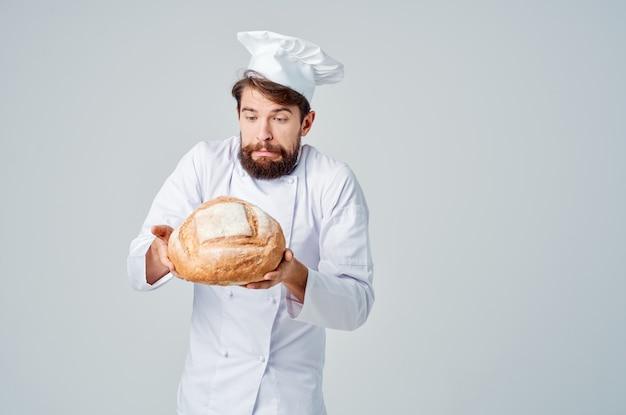 Panettiere con pane in mano emozioni professionali