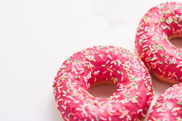 Panetteria branding e concetto di caffè glassato spruzzato ciambelle dolce pasticceria dolce su sfondo tavolo in marmo ciambelle come snack gustoso vista dall'alto marchio alimentare piatto per menu blog o design libro di cucina