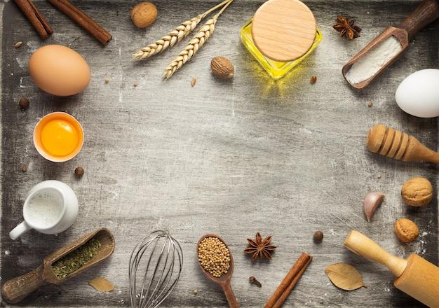 Ingredienti da forno e pane sul tavolo di fondo in legno, vista dall'alto