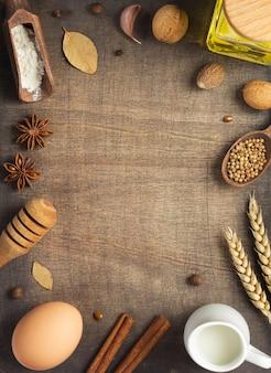 Ingredienti da forno e pane su fondo di legno, vista dall'alto