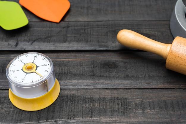 Panetteria e utensili da cucina con cronometraggio della cucina sulla tavola di legno
