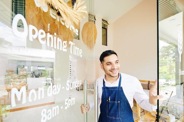 Proprietario di panetteria in attesa di clienti