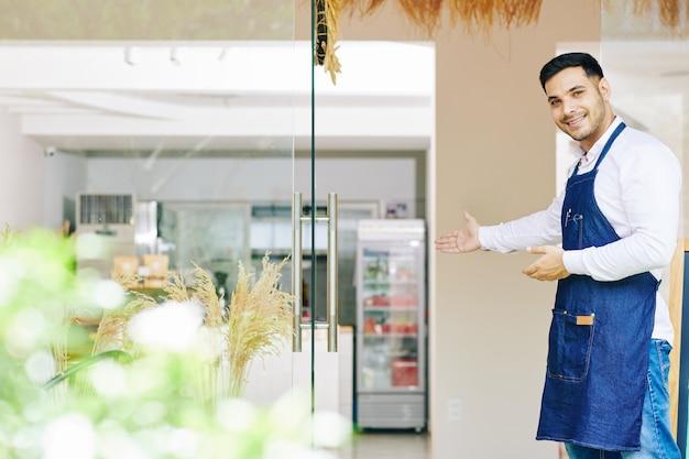 Proprietario di panetteria che accoglie i clienti