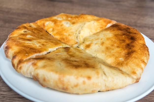 Prodotto da forno kubdari sul tavolo, svaneti, georgia.