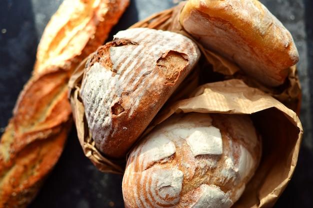 Prodotti da forno. pane croccante e bello al buio. vista dall'alto