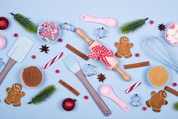 Sfondo di cottura. ingredienti per i biscotti, bordo decorativo di natale fatto di elementi festivi