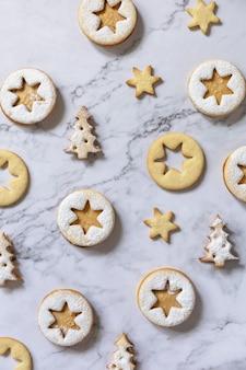 Sfondo di cottura biscotti natalizi tradizionali linzer con burro di arachidi vista dall'alto