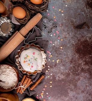 Concetto di cottura. concetto di pasqua. ingredienti per un piatto di torta di pasqua laici vista dall'alto su sfondo scuro