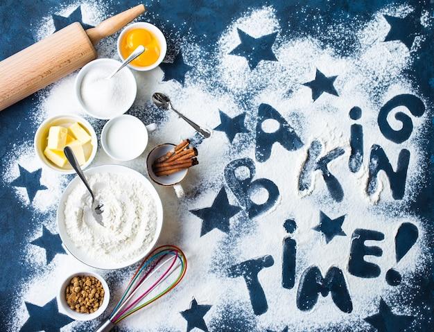 Concetto di cottura con farina e bastoncini di cannella