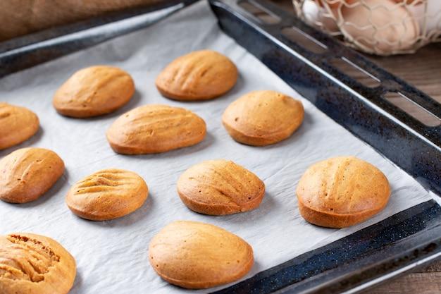 Cuocere i biscotti su una teglia, torte fatte in casa