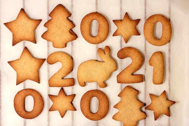 Cuocere biscotti per natale e capodanno 2021. tradizione di famiglia. vista dall'alto. concetto 2021 anno del coniglio