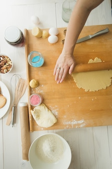 Ingrediente di cottura sulla tavola di legno che fa l'impasto per i biscotti