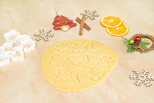 Ingredienti di cottura per biscotti natalizi e pan di zenzero