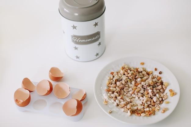 Cottura degli ingredienti per pasticceria in cucina su sfondo bianco